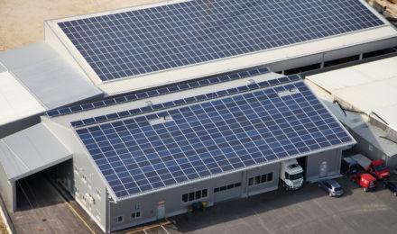 Panele fotowoltaiczne na dachu fabryki